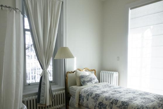 תביעה: השוכר נכנס לדירה ומצא את בעל הבית ישן במיטתו