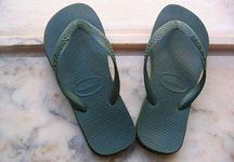 כפכף רגלי השמאלית: קונה שקיבלה בטעות שני כפכפים שמאליים תבעה 7,000 שקל
