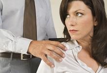 זוכה מתקיפת והטרדת בת זוג לאור עדותה המשחירה והמניפולטיבית