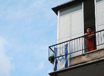 אישה במרפסת ביתה. למצולמת אין קשר לכתבה. צילום: אנדר-ויק
