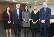 """מזכיר ארגון ה-FATF דיוויד לואיס ונשיא הארגון ג'יי-יון שין, עם איילת שקד, עו""""ד אמי פלמור וד""""ר שלומית ווגמן. צילום: גבי הלר"""