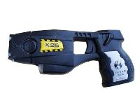 אקדח טייזר X26, עם מחסנית. צילום: Junglecat