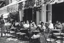 בית קפה בתל אביב, 1957. צילום: אתר תל אביב הוירטואלית - VTLV. מתוך אתר פיקיוויקי